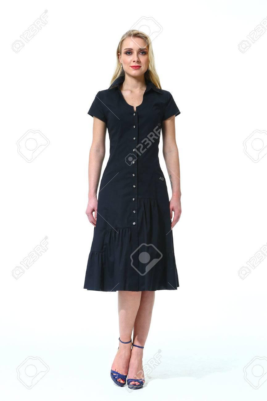 6f80e68da9b Banque d images - Femme avec style cheveux raides en robe à manches courtes  noir d été à talons hauts chaussures pleine longueur portrait corps debout  isolé ...