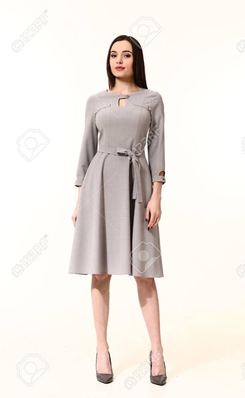 20f60329a Foto de archivo - Mujer ejecutiva de negocios árabe con estilo de pelo  recto en el vestido gris zapatos de tacones altos oficiales destacan  longitud de ...