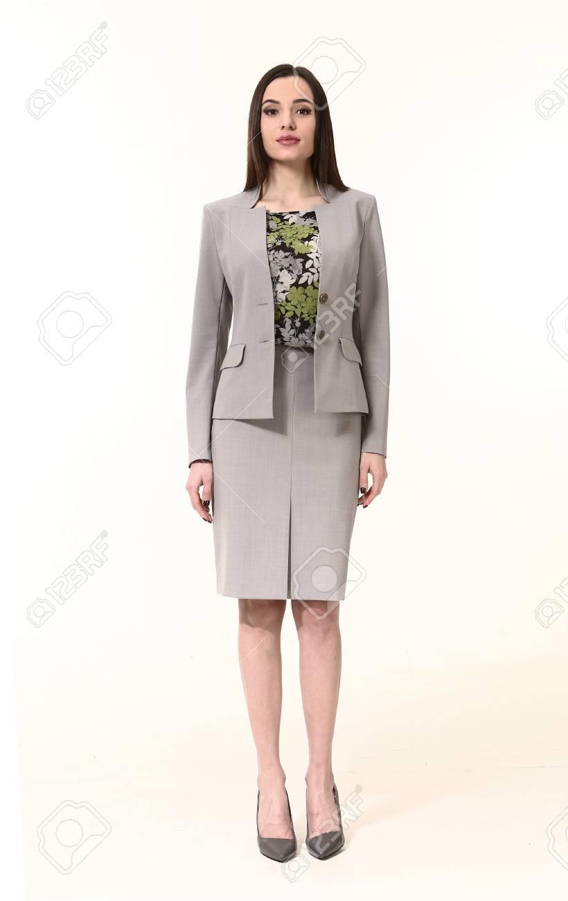166046f297ab21 Femme avec style cheveux raides dans deux veste de pièces et tailleur jupe  talons hauts pleine longueur portrait corps debout isolé sur blanc
