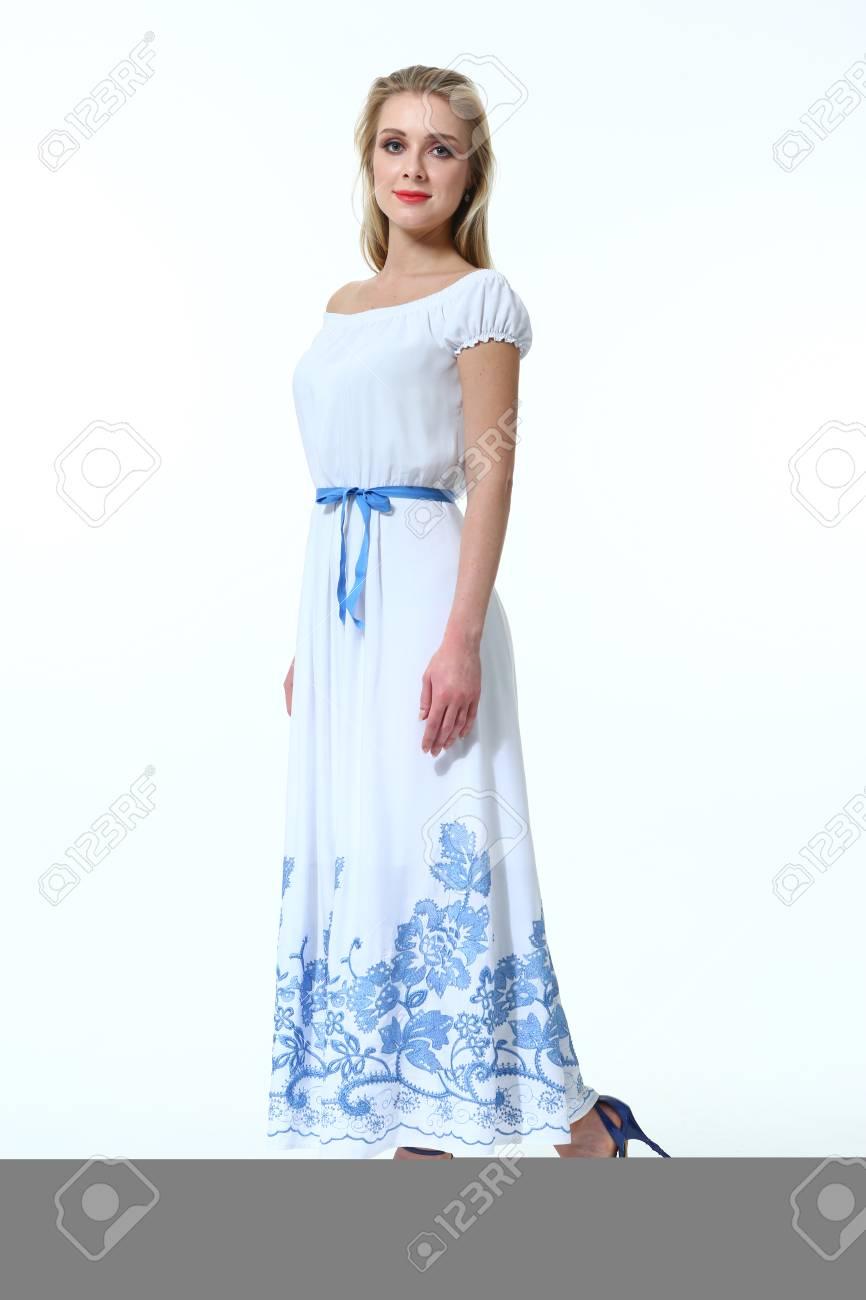 Zapatos para un vestido azul y blanco