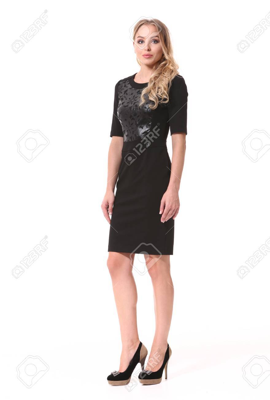 Mujer De Negocios Rubia En Vestido Negro Formal Zapatos De Tacón Alto Retrato De Cuerpo Entero Aislado En Blanco