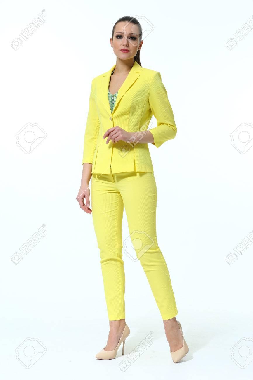 bb088123d Foto de archivo - Mujer de negocios indio en pantalón amarillo traje  zapatos de tacón alto retrato de cuerpo completo aislado en blanco