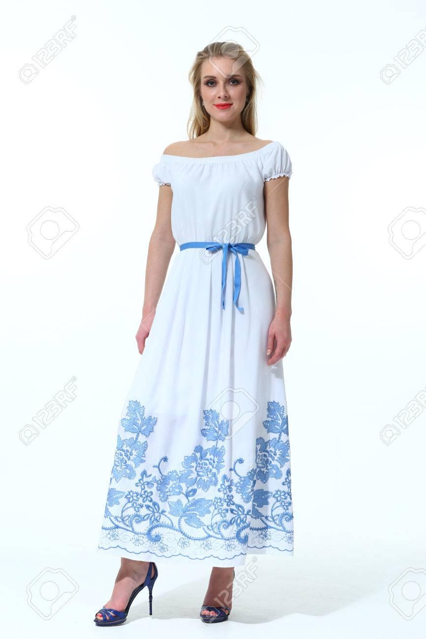 cc4a5de0e59134 Indiase zakenvrouw in zwart-witte blouse en blauwe rok Hoge hakken schoenen  vol lichaam portret