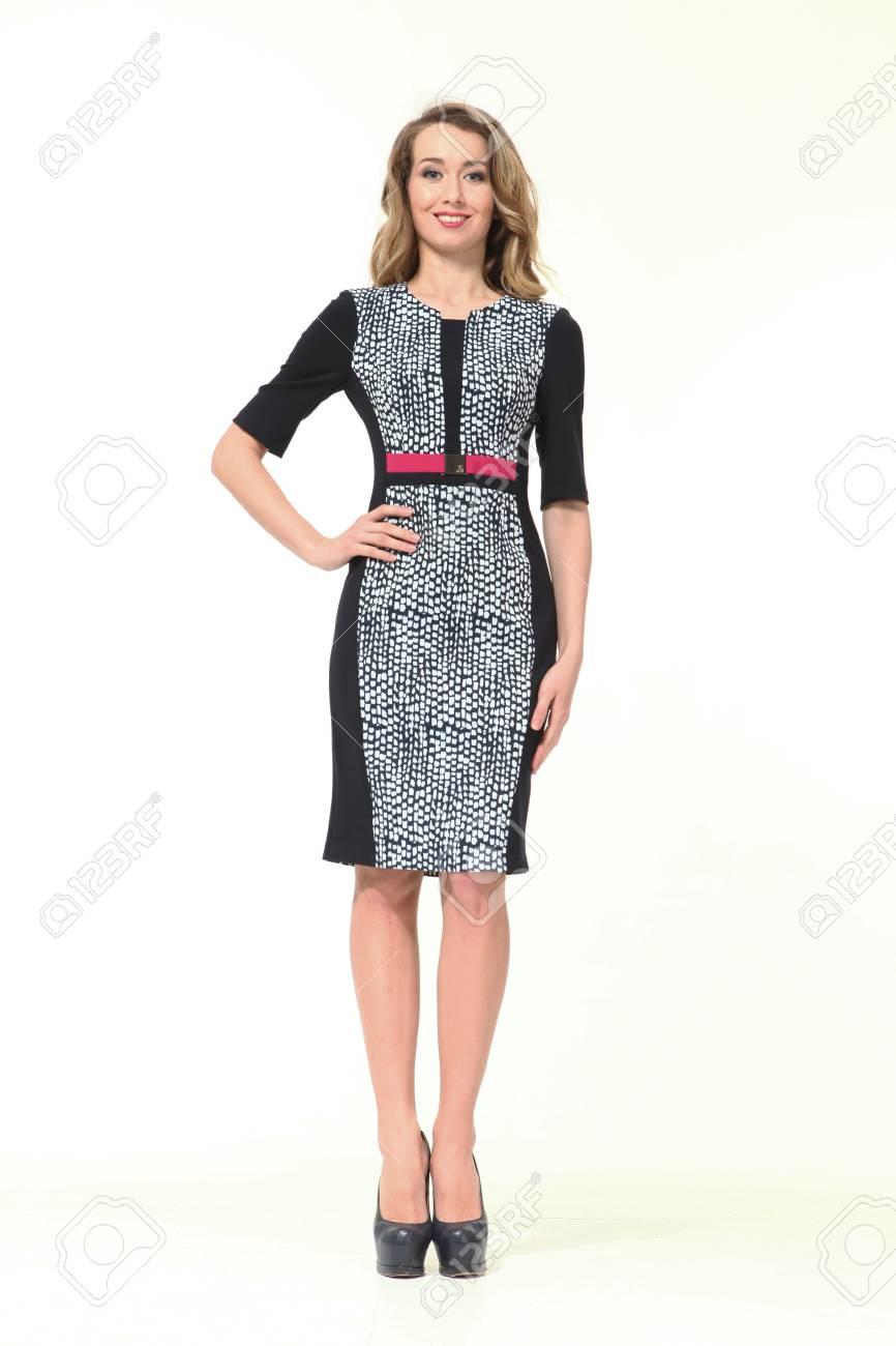9277a132 Foto de archivo - Mujer de negocios rubia en vestido oficial de cinturón formal  zapatos de tacón alto retrato de cuerpo entero aislado en blanco