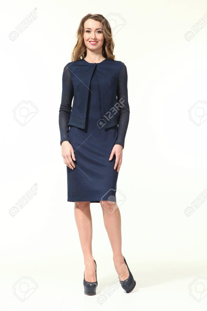 blond business-frau iin sommer lange drucken blaues kleid schuhe mit hohen  absätzen ganzkörper-porträt auf weiß isoliert