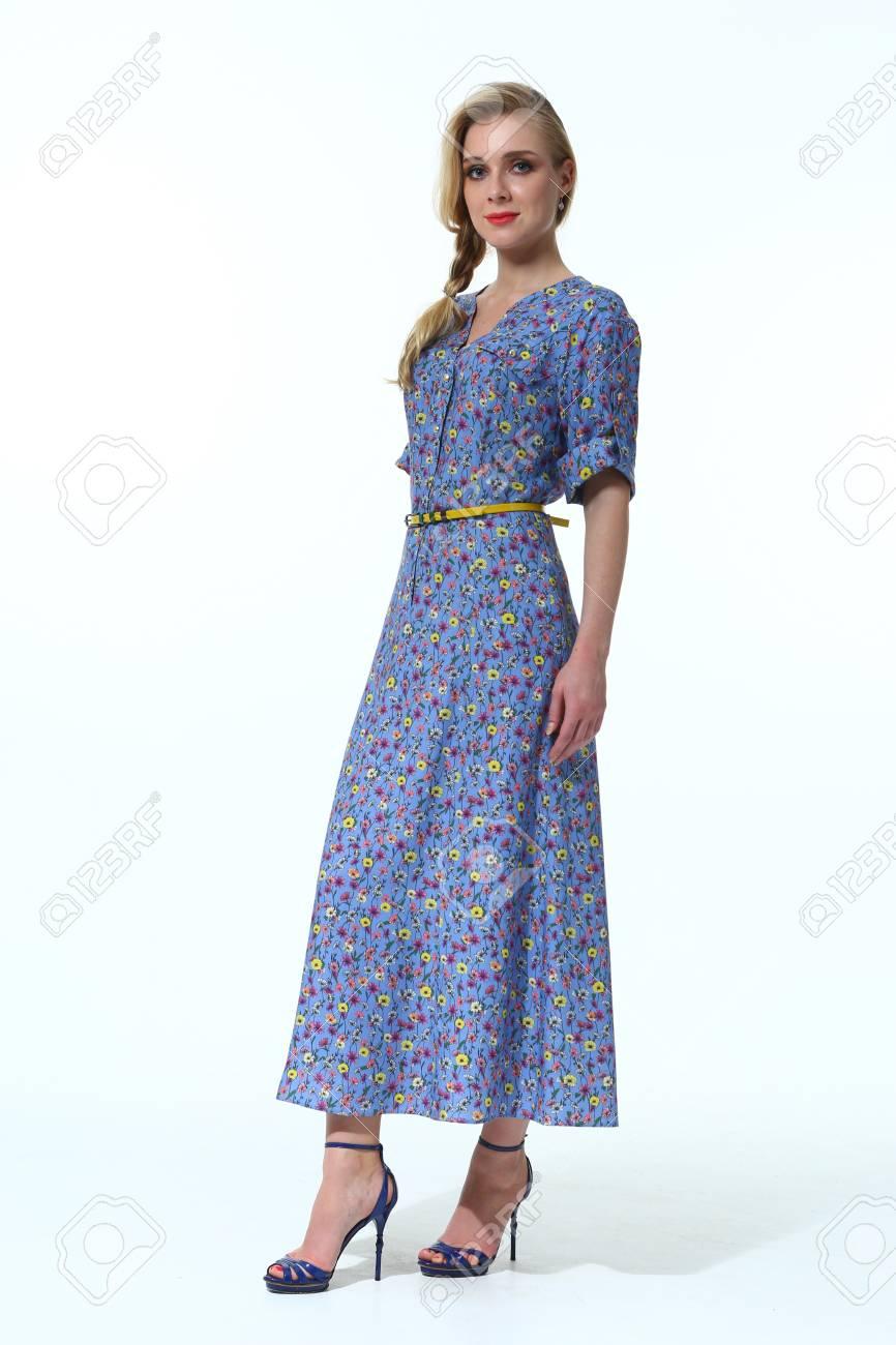 Hellblaues kleid und schwarze schuhe