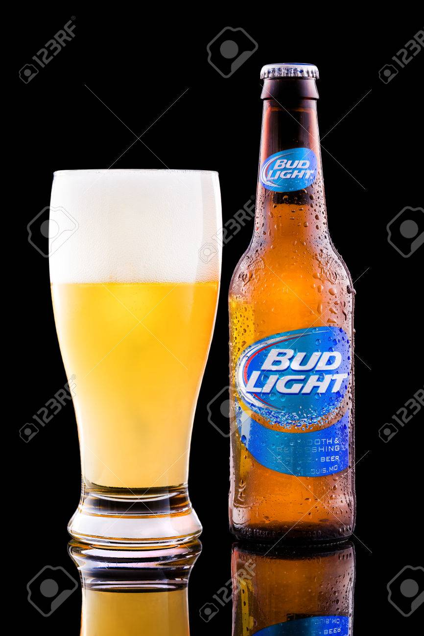 Botella Y Vaso Lleno De Cerveza Bud Light. Bud Light, Una Cerveza Lager Luz