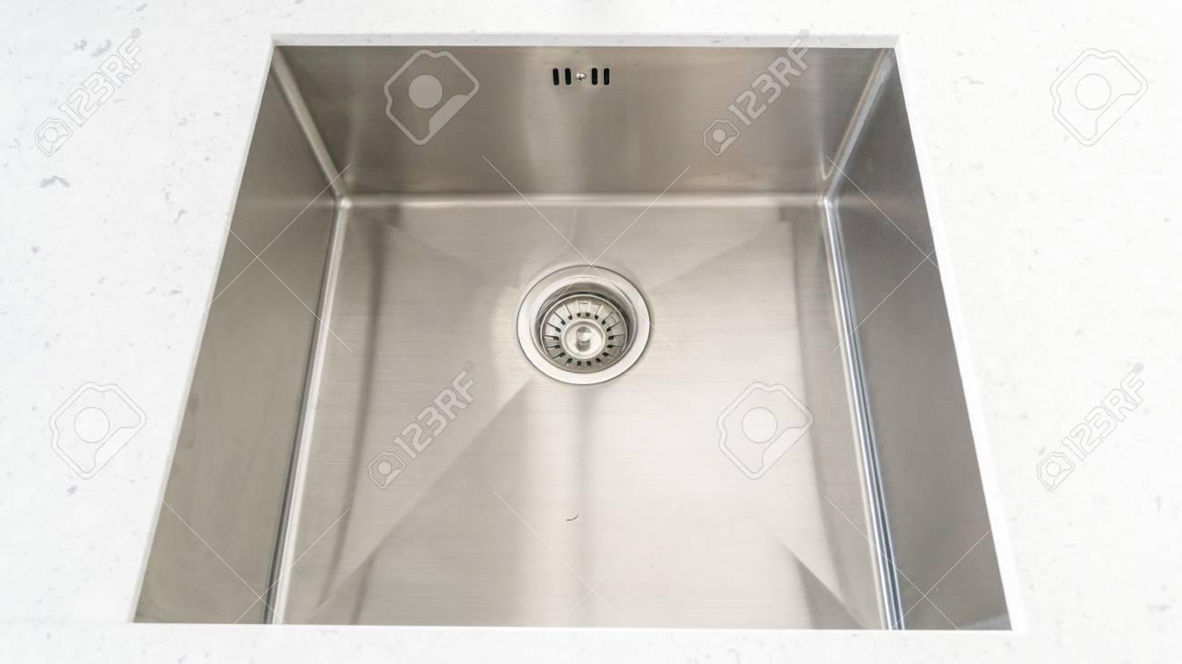 Vue de dessus d\'un évier moderne dans la salle de cuisine