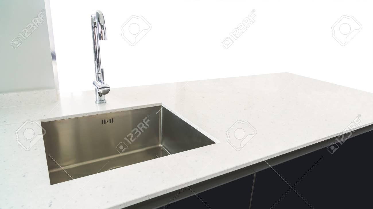 Moderne Waschbecken In Der Küche Raum Auf Weißem Hintergrund ...