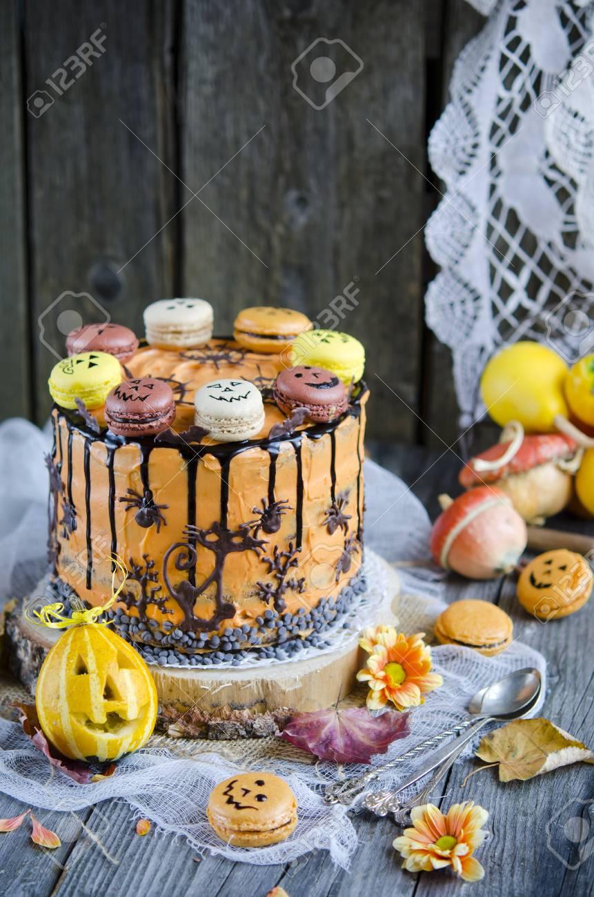 Pastel De Chocolate De Naranja Con La Decoración Para Halloween