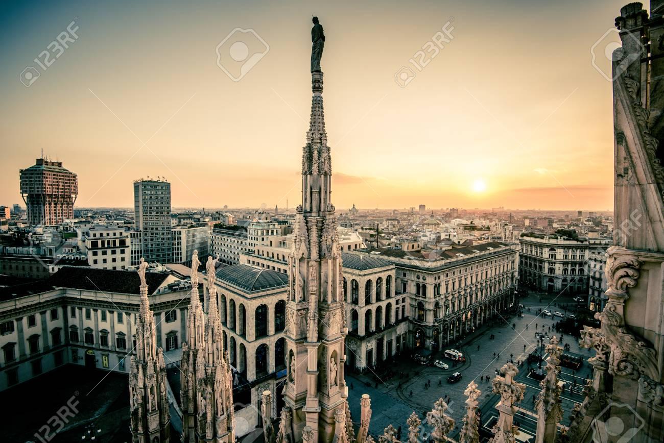 Vista Della Città Di Milano Dal Duomo Terrazza Sul Tetto Al Tramonto