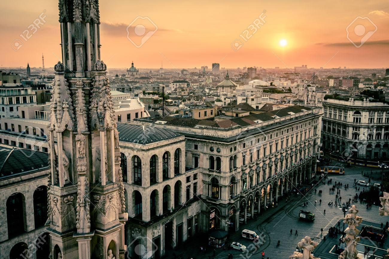 Vista Della Città Di Milano Dalla Terrazza Sul Tetto Del Duomo Al Crepuscolo