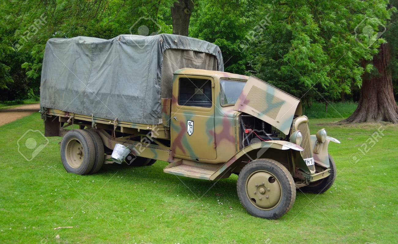 [CDA] Raph - Français 1940 - Page 3 68158558-world-war-2-citroen-army-truck-parked-in-front-of-trees-