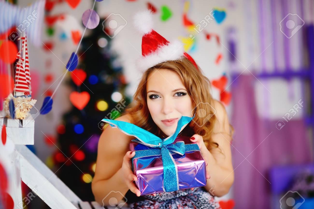Ein Junges, Schönes Mädchen In Einem Weihnachtsbaum Und Bereiten ...