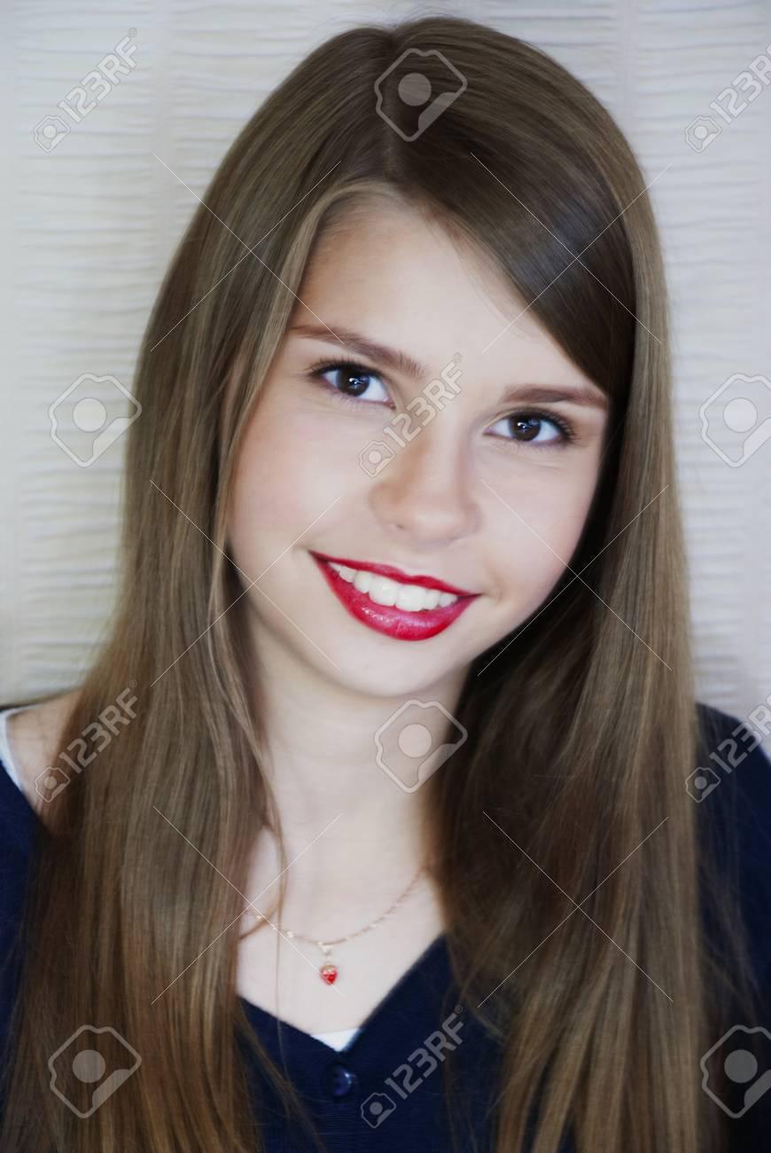 Portrait Der Schönen Jungen Mädchen Modell In Einem Blauen Kleid