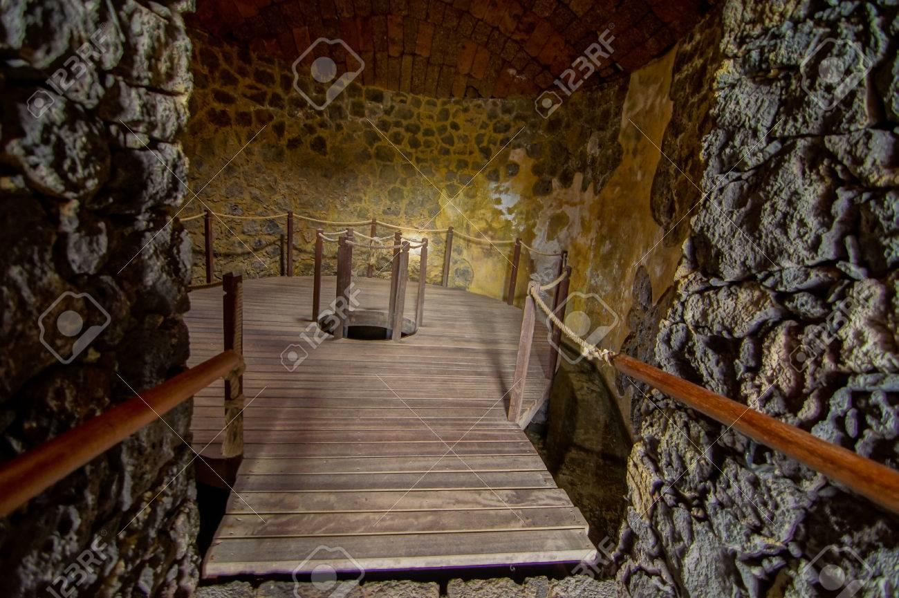 Das Innere Der Verlassenen Häusern Aus Stein In Einem ...