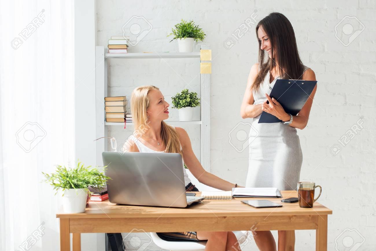 Junge Frau Zwei Kollegen Im Buro Arbeiten Stehen Und Sprechen