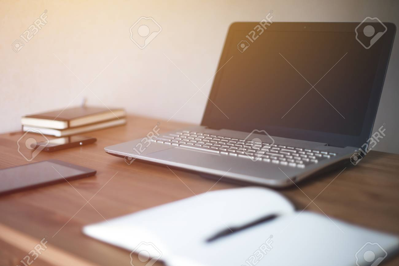 Table en bois avec vue de côté de fournitures de bureau tablette