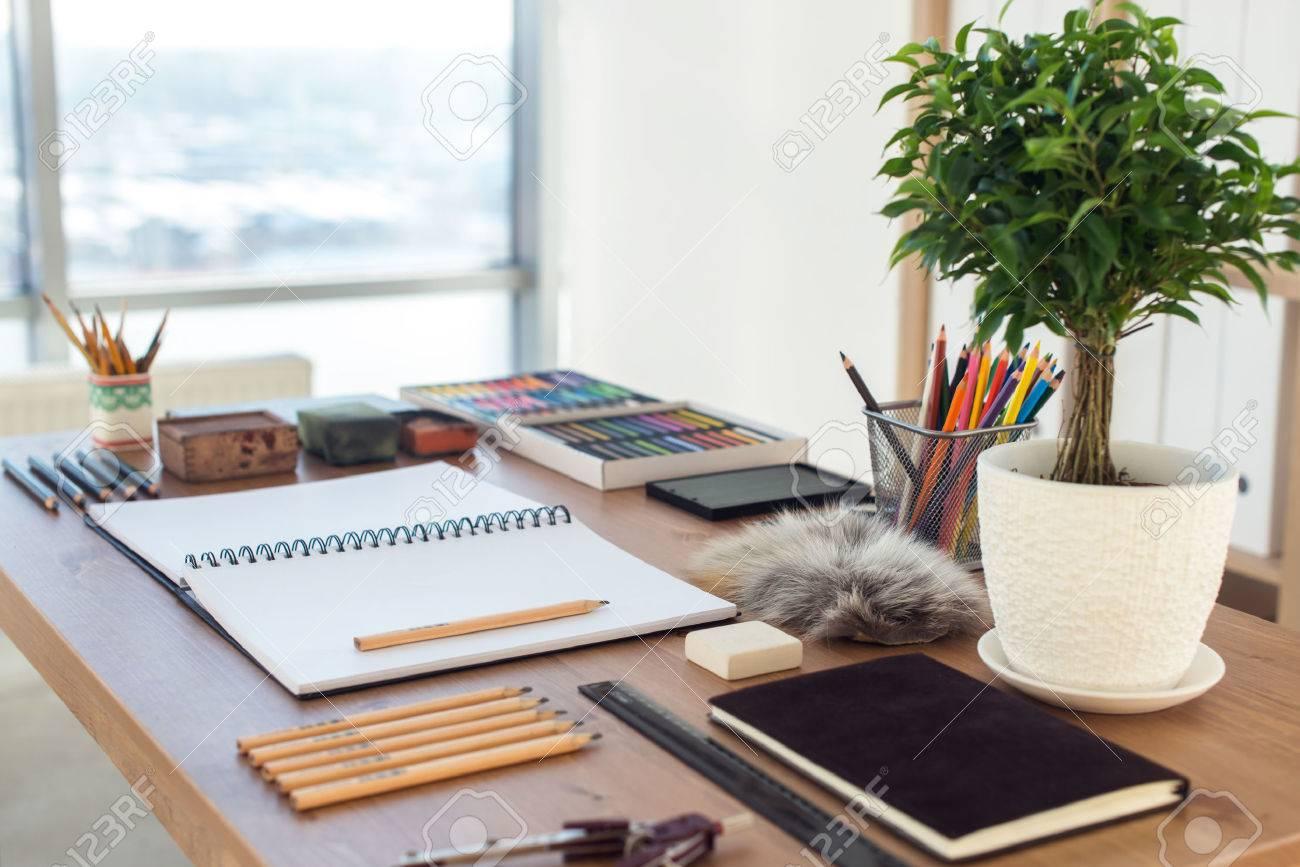 Vue De C T D Un Espace De Travail De Peintre Bureau En Bois Avec