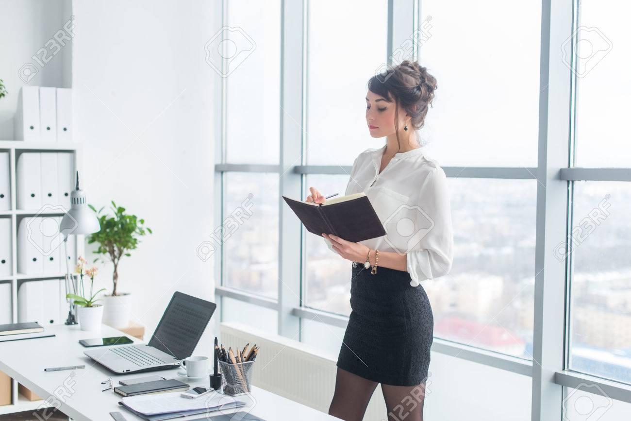 Portrait dun jeune assistant horaire de la journée de travail de