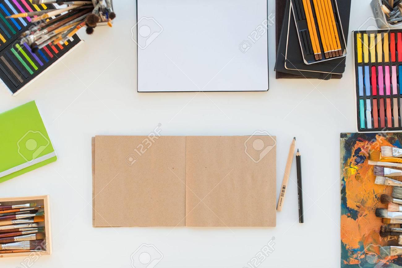 Lieu de travail du peintre en vue latérale bureau design avec