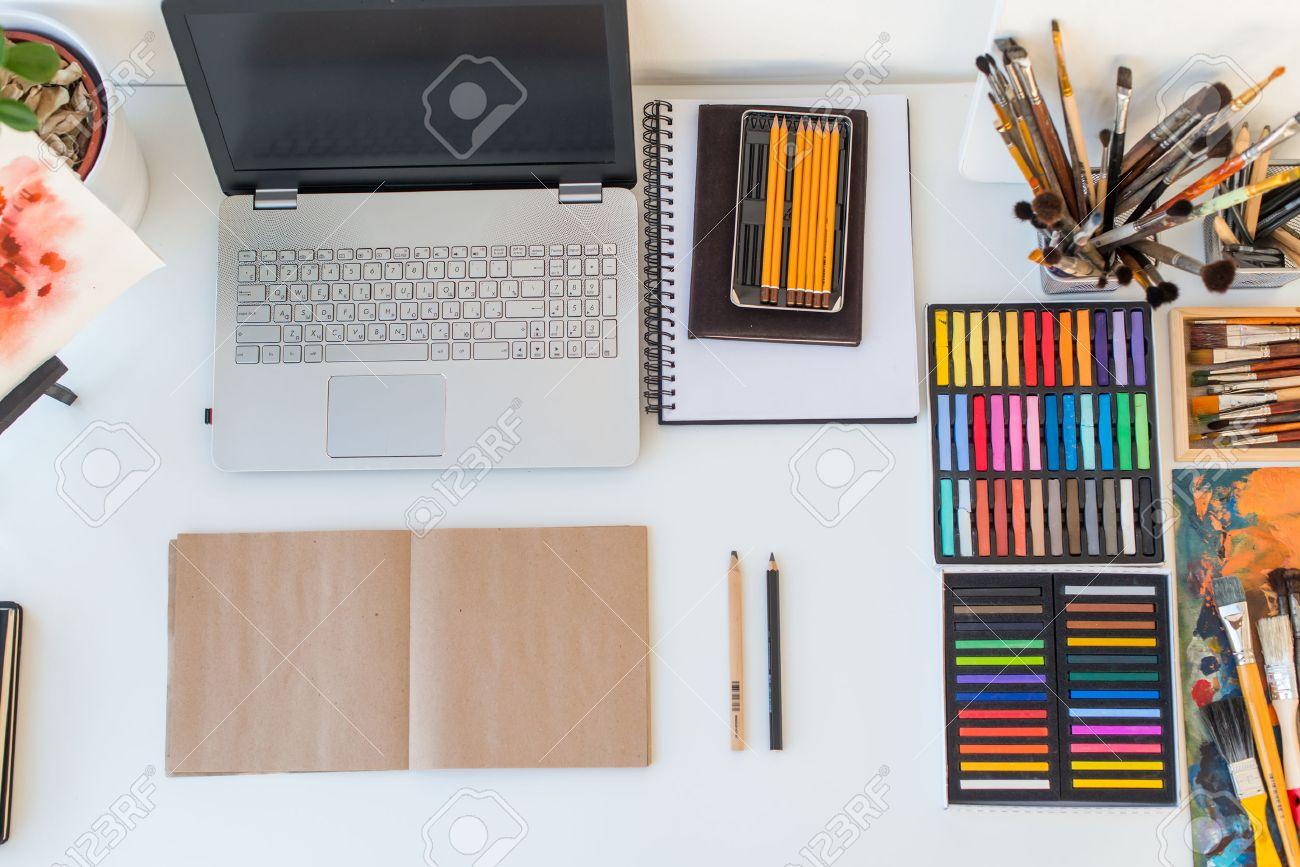 Designer travail de vue de dessus painter bureau avec équipement