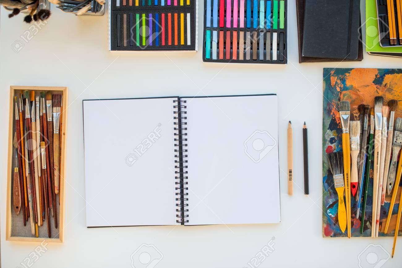 Painter lieu de travail en vue de côté de la commande  Designer bureau avec  du matériel de dessin  Home studio pour l'artiste