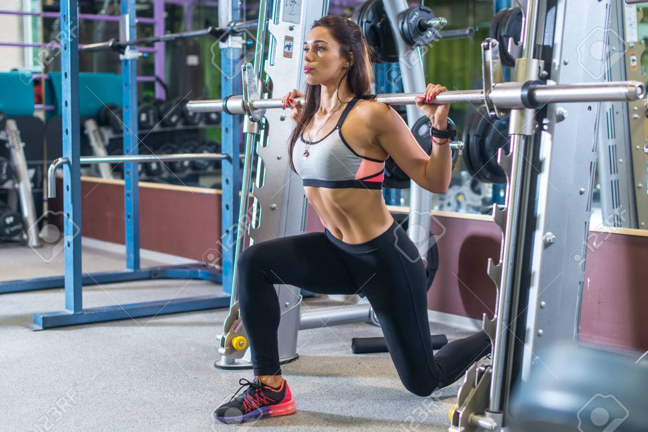 https://previews.123rf.com/images/undrey/undrey1609/undrey160900240/62759779-fit-girl-doing-lunges-with-the-smith-machine-.jpg