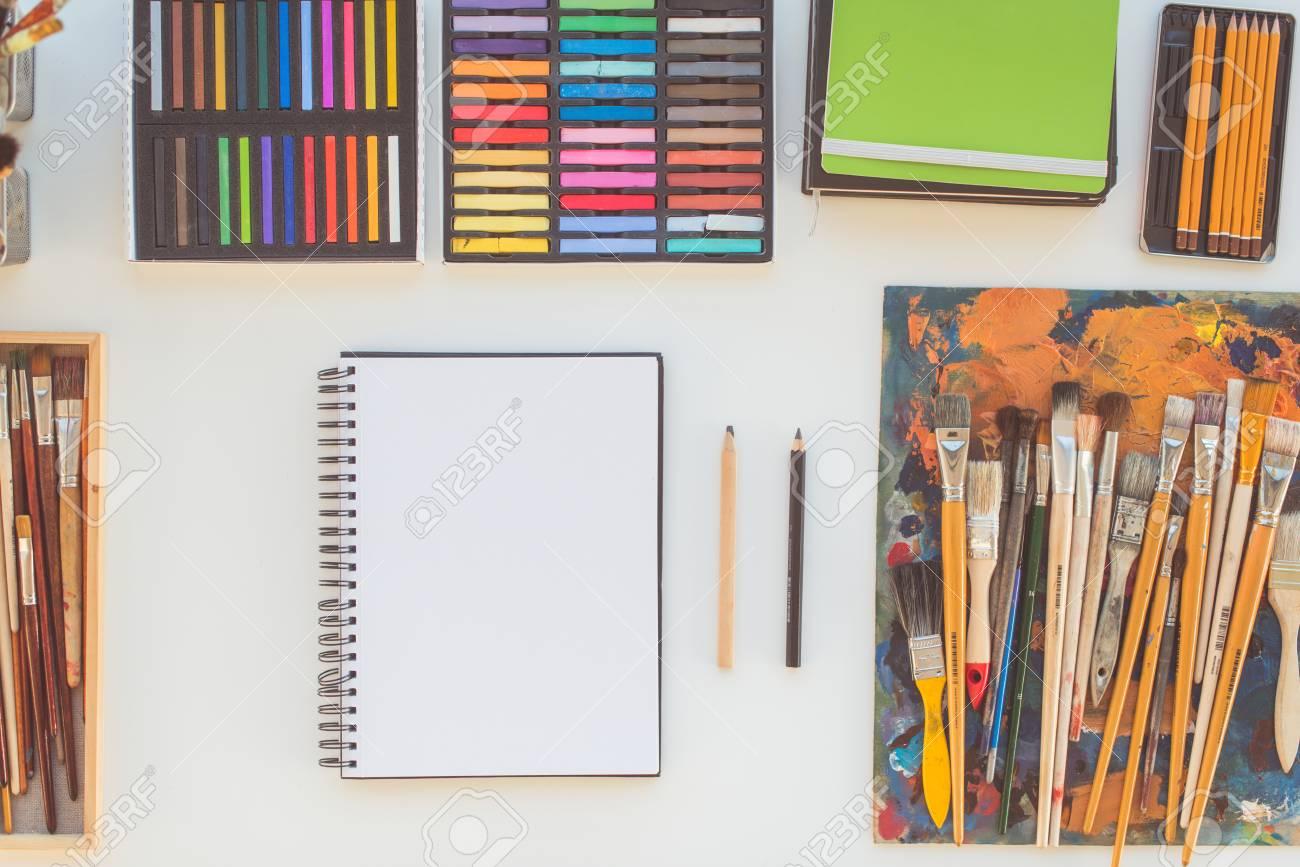Lieu de travail du peintre en vue de côté bureau de design avec