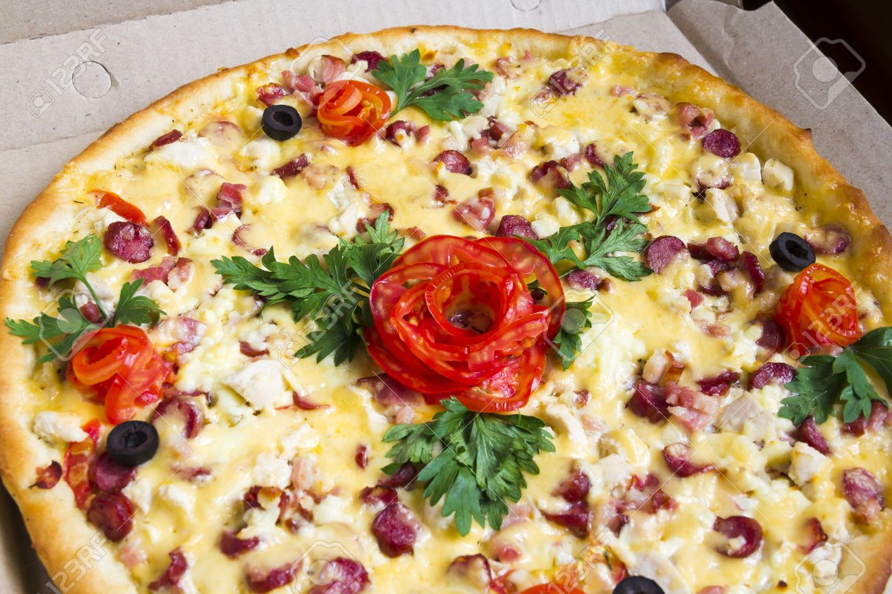 [JEU] La rose au 10 - Page 66 14532226-Pizza-with-a-decoration-as-a-rose-from-a-tomato-Stock-Photo