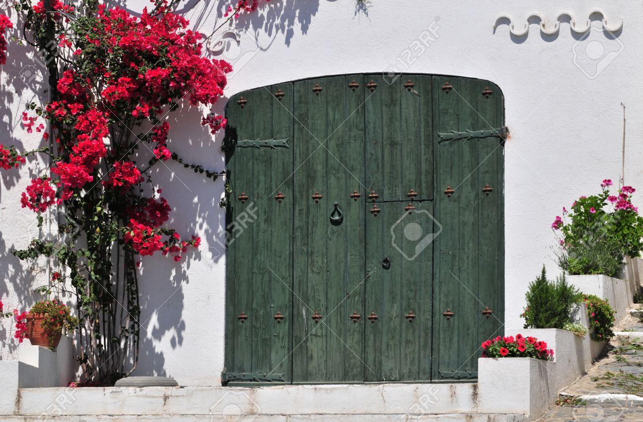Geschlossene tür zeichnung  Grüne Geschlossene Tür Mit Blumen In Cadaques (Katalonien, Spanien ...