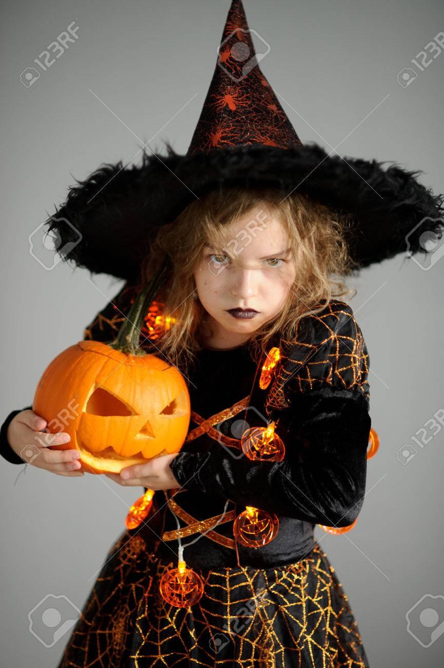 D'halloweenElle Le D'une Un Costume Ans Représente Avec La DiaboliqueEst 9 En De Vêtue Robe Noire 8 Fille Orange Portrait Sorcier qj34RcS5AL