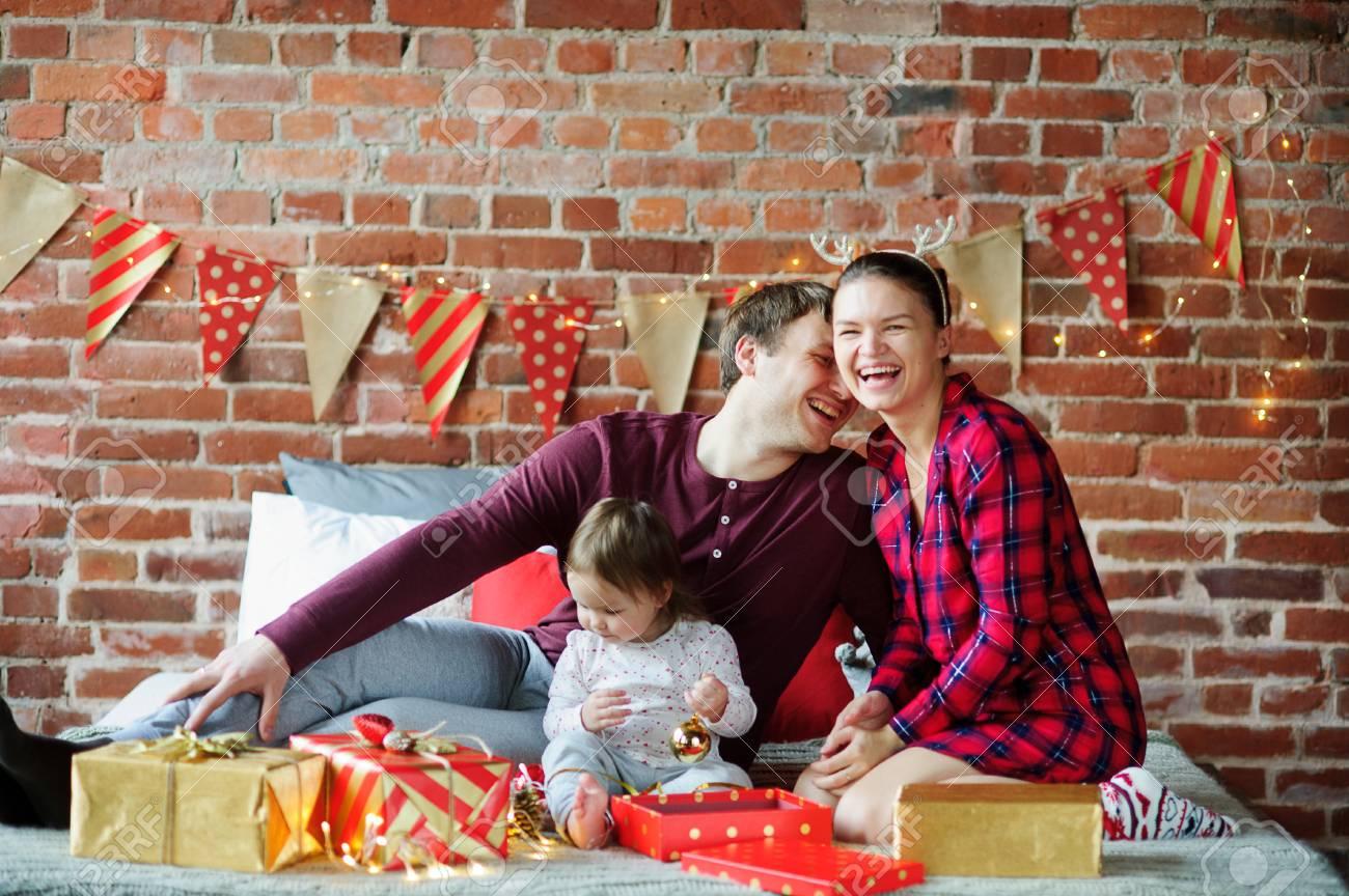 Weihnachtsmorgen. Die Junge Familie Beglückwünscht Genüsslich Jede ...