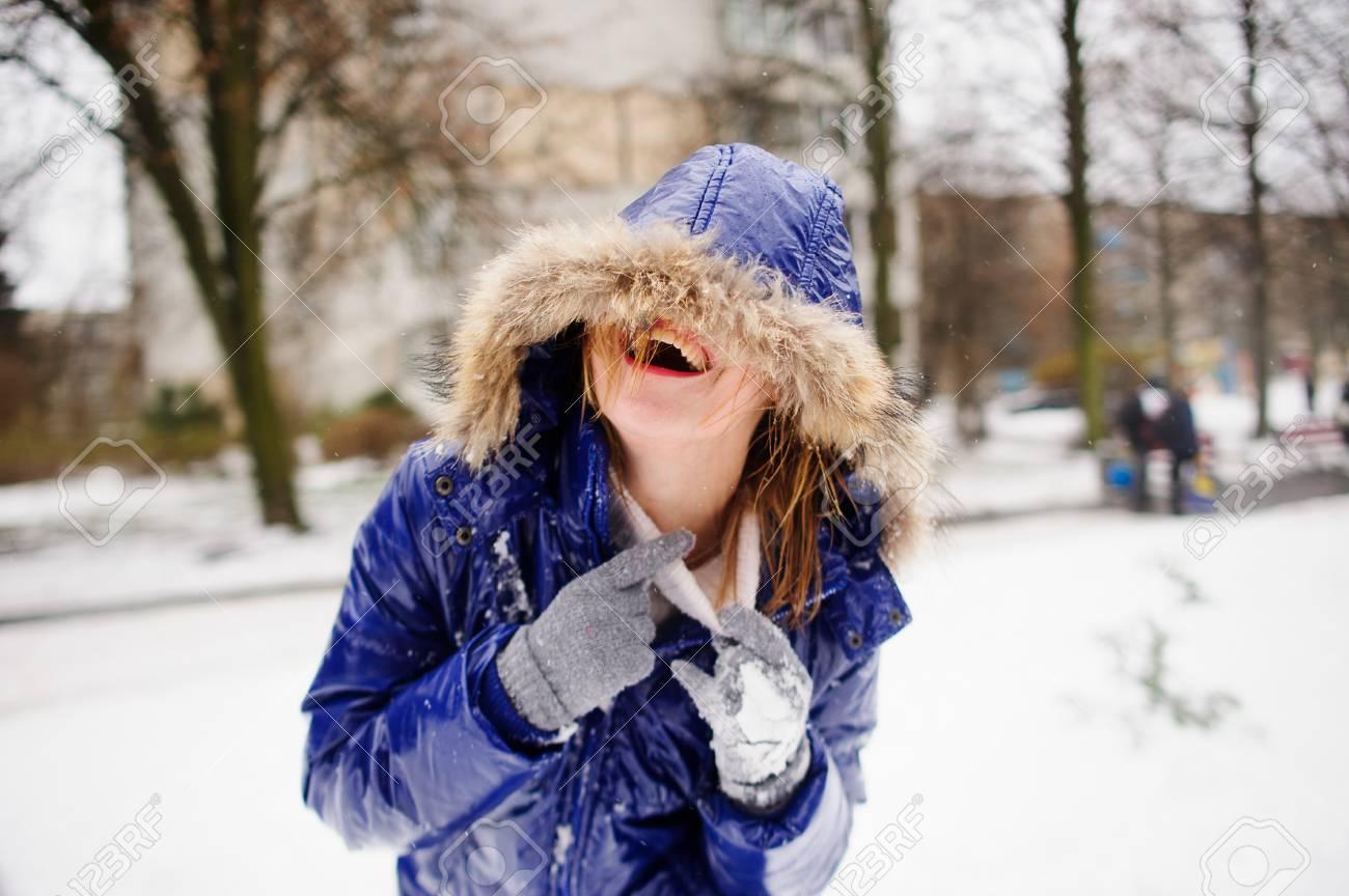 donna nel cappotto piu'guanti