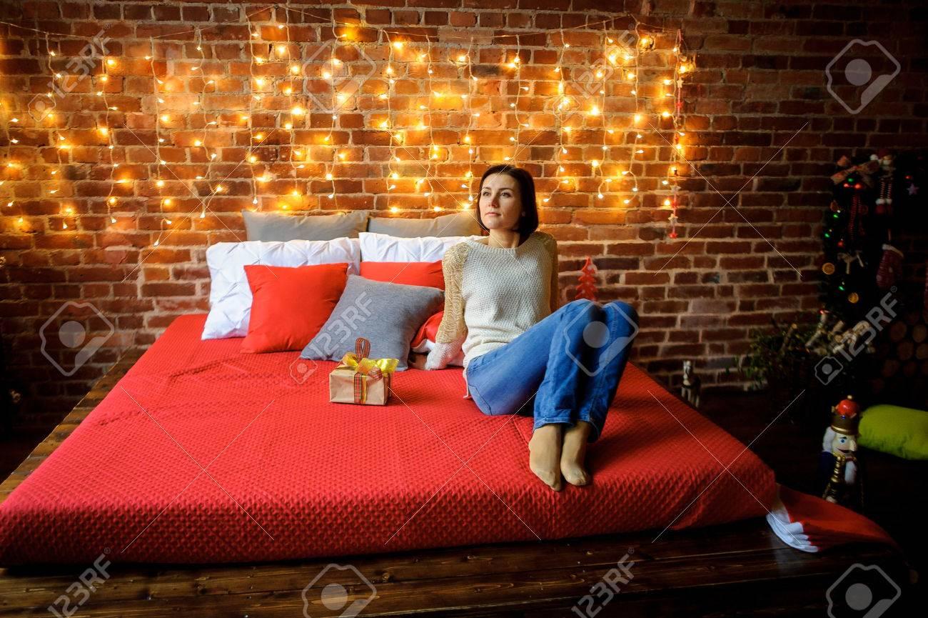Weihnachten. Nette Junge Frau Sitzt Auf Einem Großen Bett Mit Einem ...