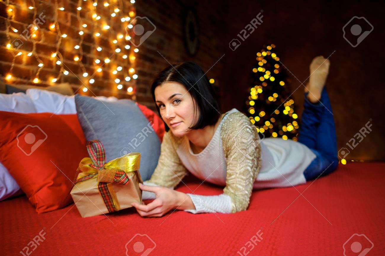 Weihnachten. Junge Frau Liegt Auf Großes Bett Mit Nachdenkliches ...
