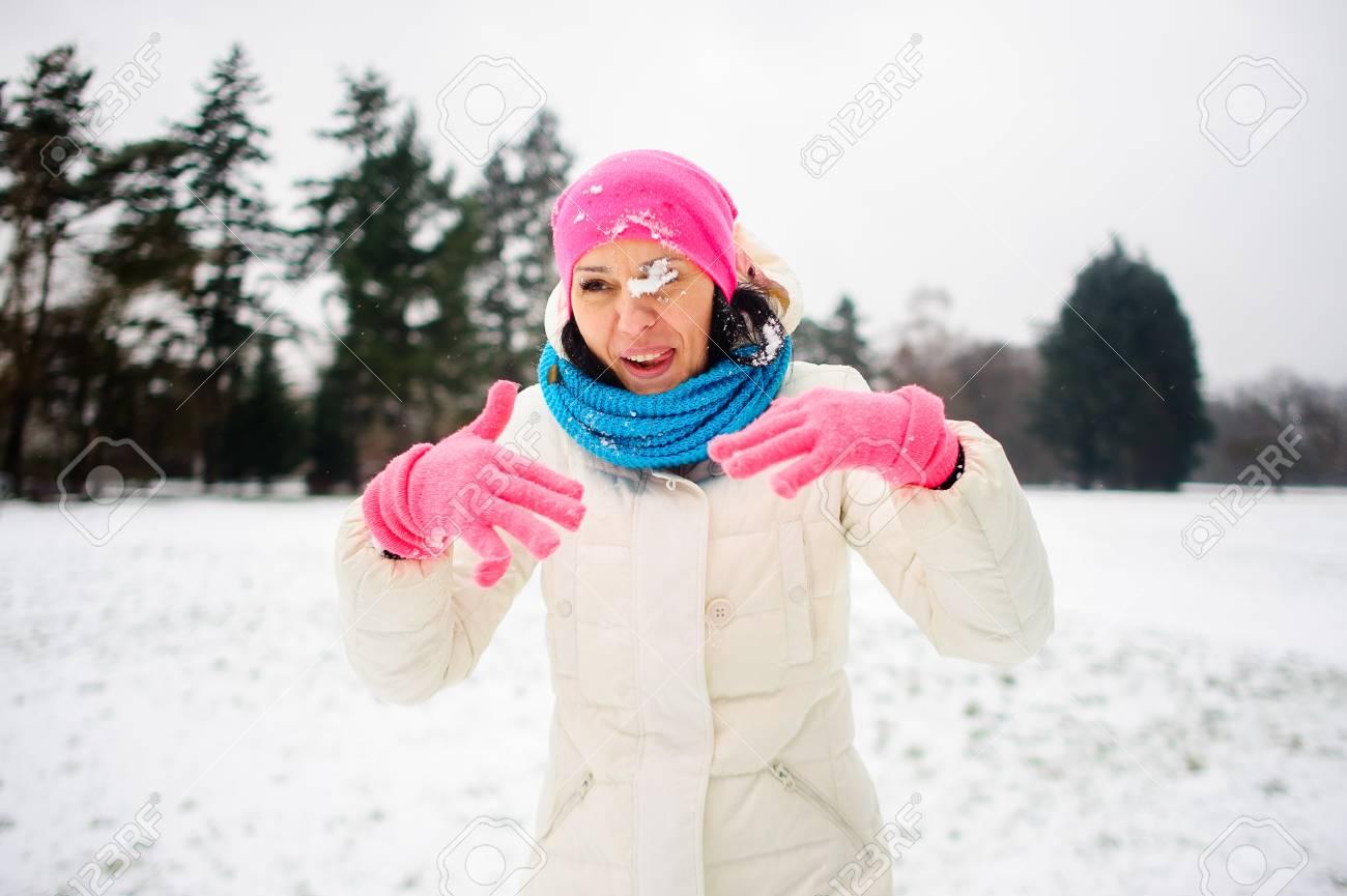Junge Frau Spielt Mit Jemandem In Schneebällen Die Ersten Schnee