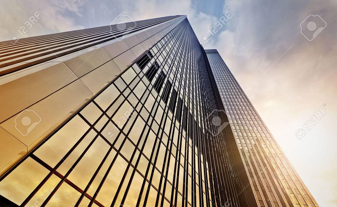 Tour de bureaux moderne à l aube frankfurt am main allemagne
