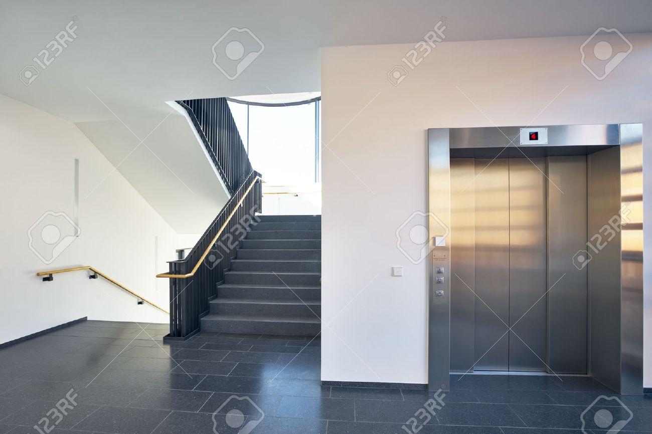 Escaliers Dans La Cage D\'escalier Avec De Grandes Fenêtres Et Un ...