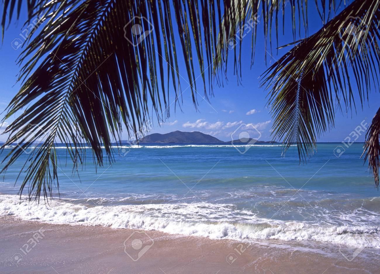 Vista Desde La Playa Del Caribe En Cane Garden Bay Tortola En Las ...