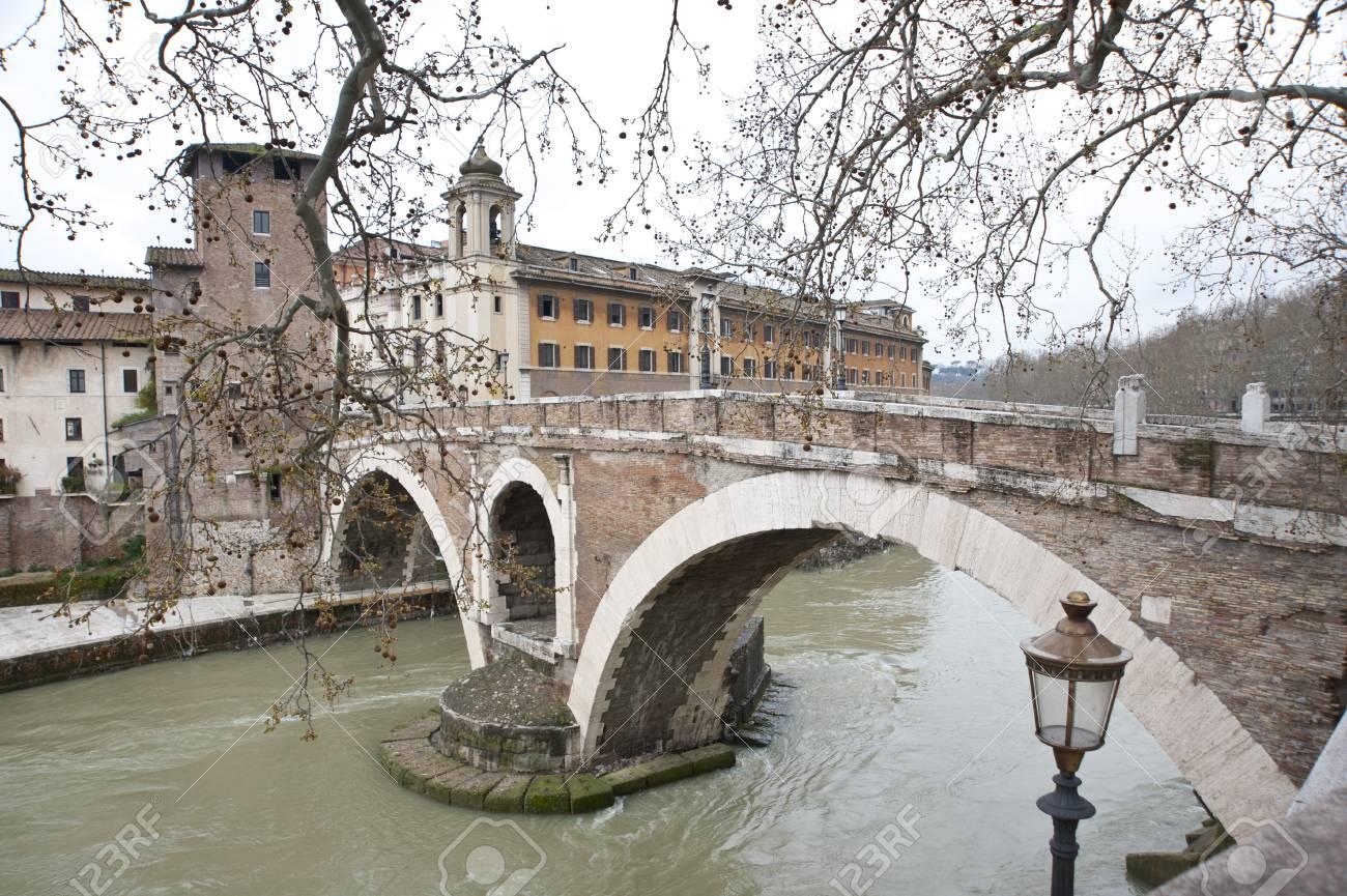 イタリア、ローマのティベリーナ...