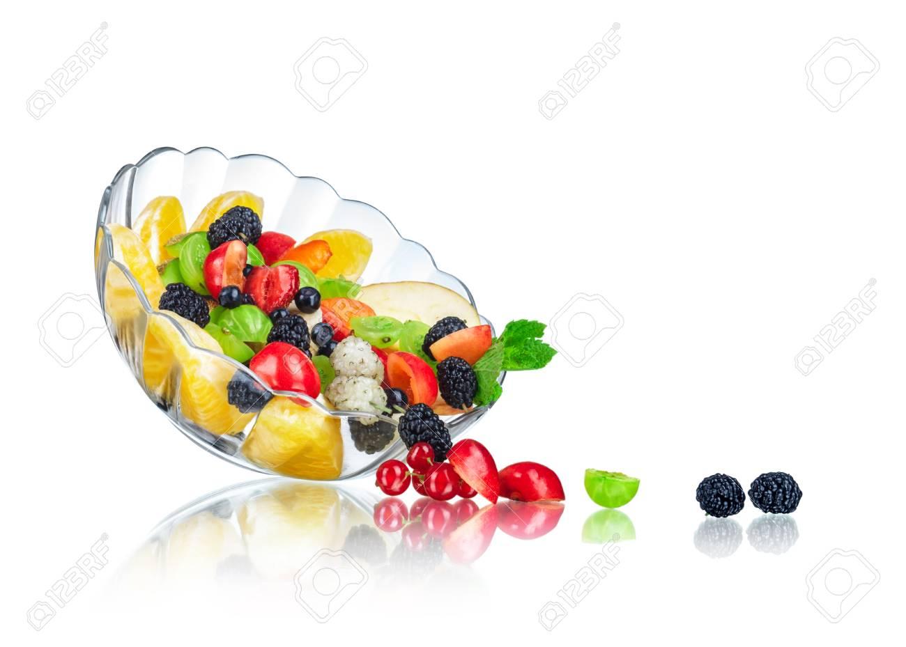 Ensalada De Frutas En Una Ensaladera De Cristal Con La Reflexin