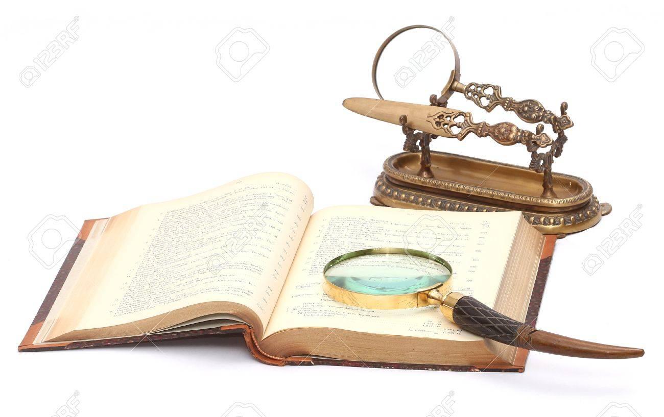 Antique ouvert livre avec une loupe de style ancien et classique