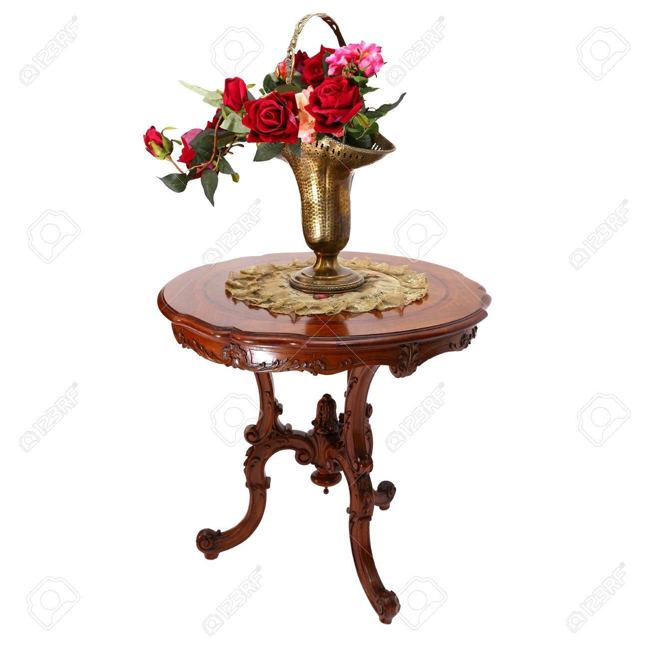 Goldene Geschmückte Vase Mit Rosen Auf Einem Kleinen Couchtisch Aus Holz  Isoliert Auf Weißem Hintergrund Standard