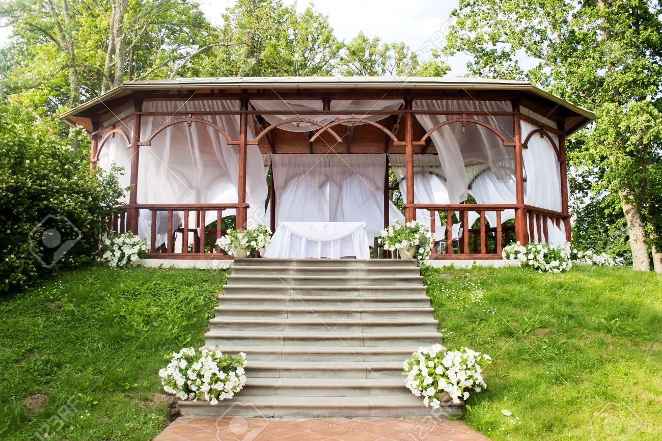 Holzlaube Fur Die Realisierung Von Hochzeitszeremonien Lizenzfreie