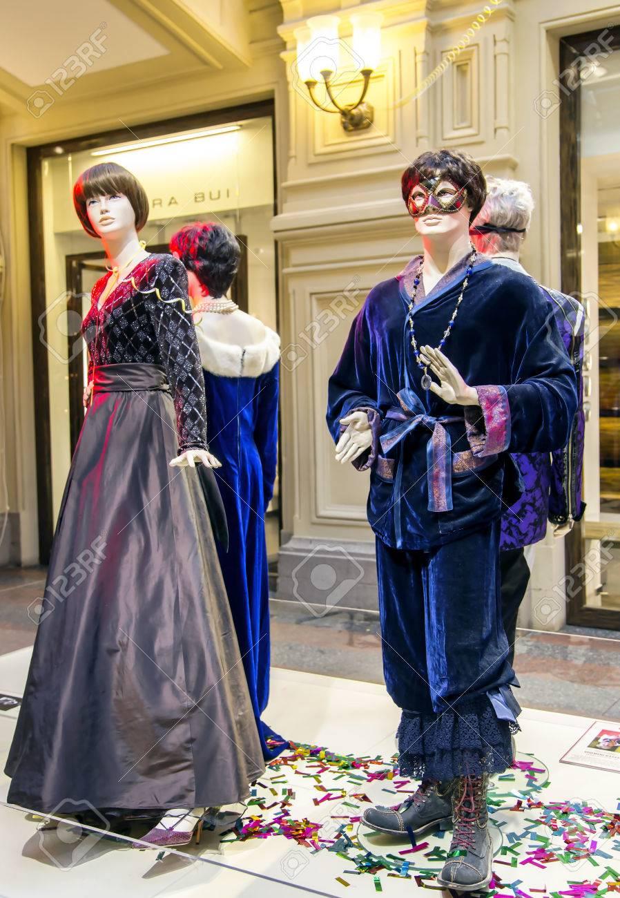 Rusia Moscú Diciembre 30 2014 Maniquíes Con Muestras De Vestidos De Noche En Moderno Centro Comercial Gum Moscú Rusia