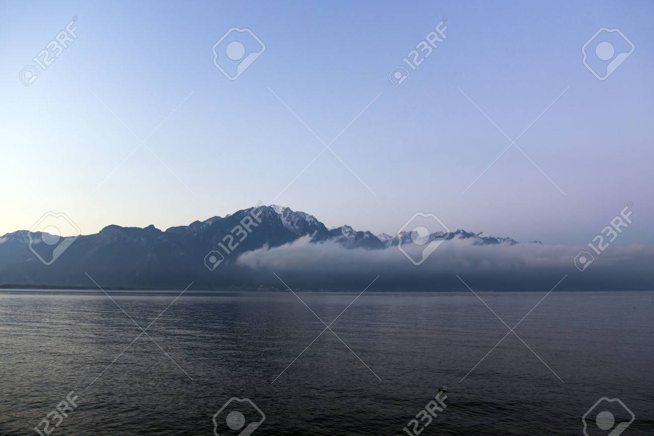 2fbadf027b Banque d'images - Belle vue par un matin brumeux au lever du soleil sur le  lac Léman, une impression surréaliste que les Alpes apparaissent dans la  distance ...