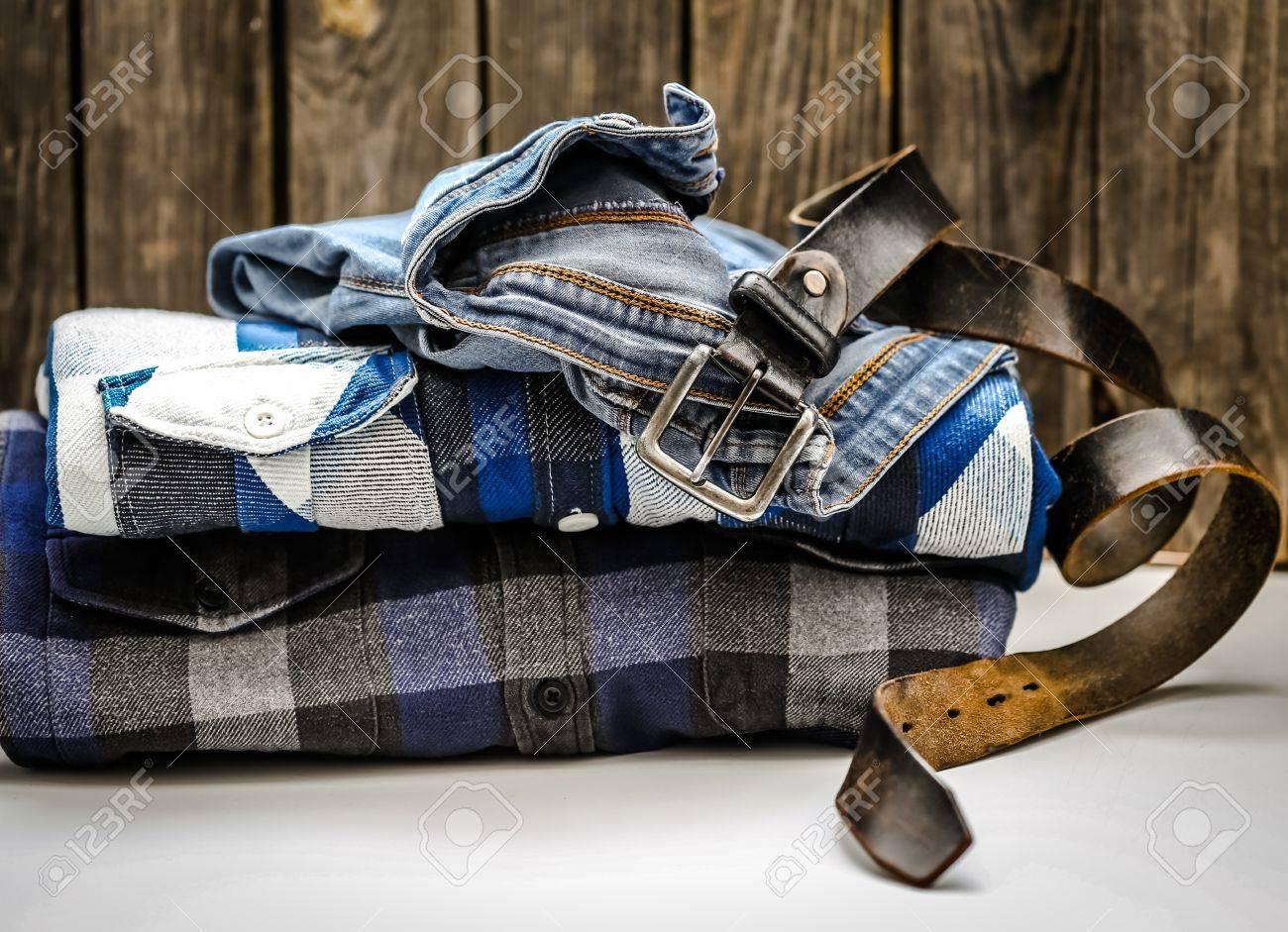 Banque d images - Chemise pour homme pliée dans la boîte et la ceinture  avec des jeans sur fond en bois, concept de style et de la mode c853735fa3a