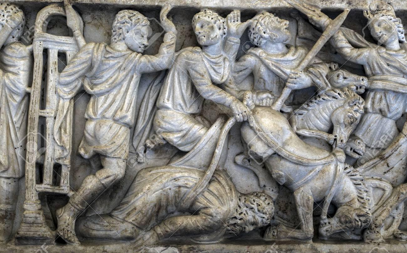 Sarcofago Romano Antiguo En Exhibicion En El Museo Arqueologico Nacional De Napoles Elaboradamente Tallada Sarcofagos Fueron Caracteristicos De