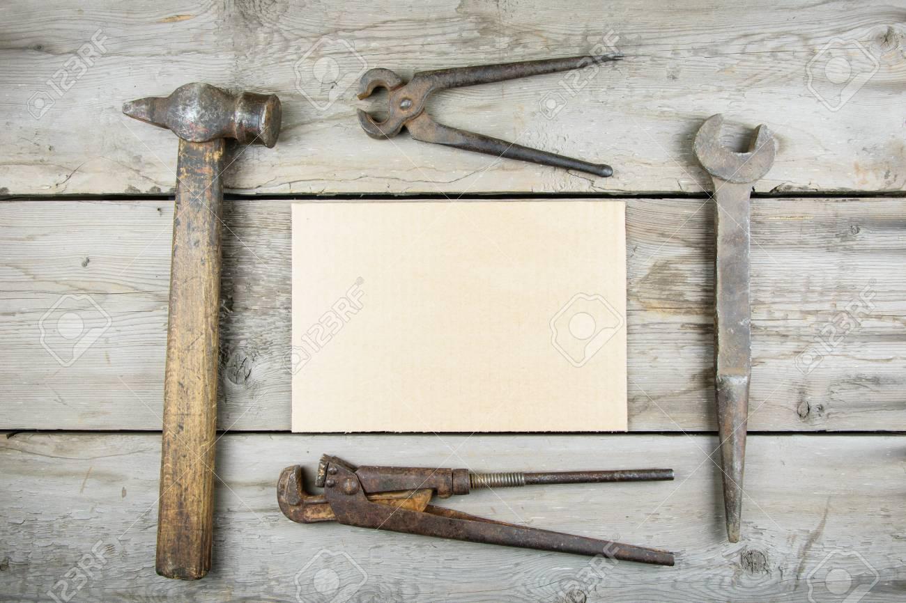 Vieux bureau en bois vieux outils de menuiserie rouillés